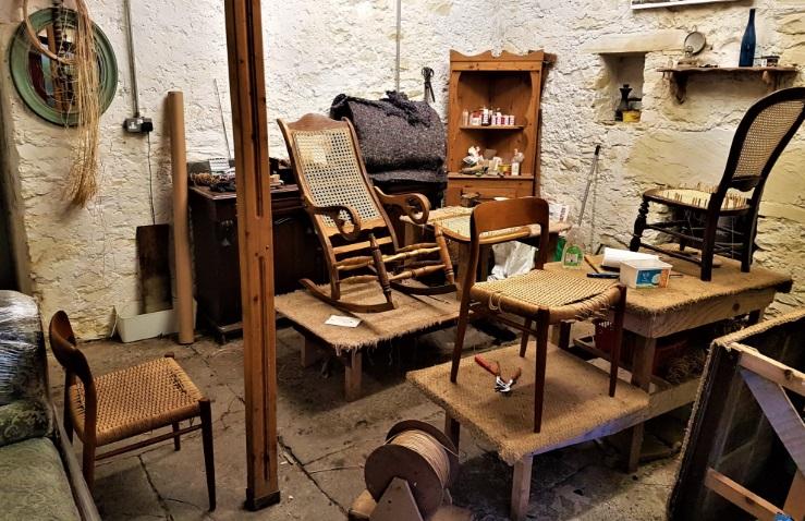 jak wykonać renowacje starych mebli drewnianych