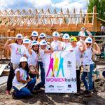 uwaga kobieta na budowie stawia dom